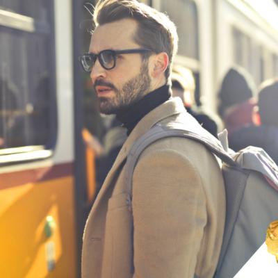 Fryzury i triki dla mężczyzn zmagających się z wypadającymi włosami