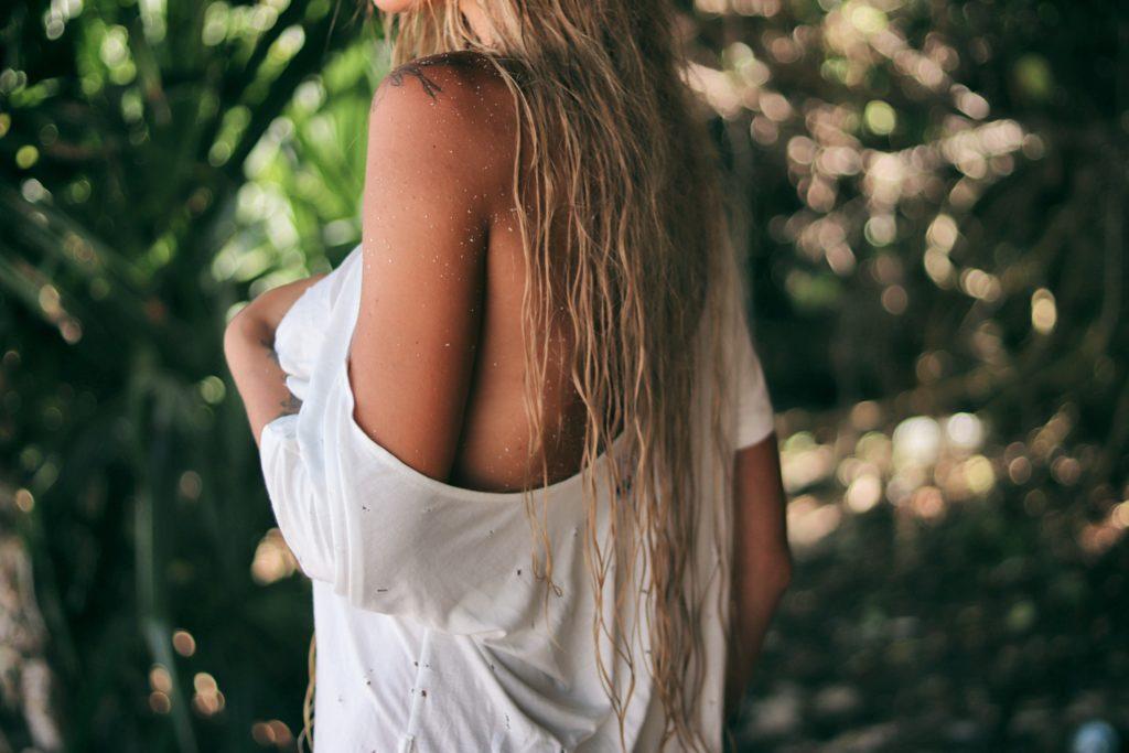 Noś rozpuszczone włosy po wyjściu z wody