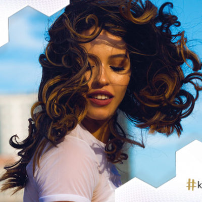 Koloryzacja włosów kręconych – jaką wybrać dla loków?