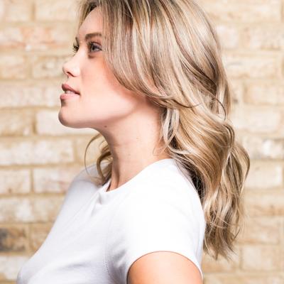 Farbowanie włosów u fryzjera – czy warto wydawać majątek?