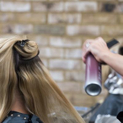 3 triki, jak uratować zniszczone włosy. Przeczytaj, zanim zetniesz!