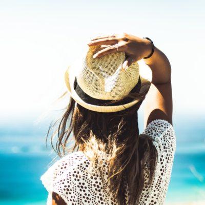 Ochrona włosów przed słońcem – jakie kosmetyki stosować?