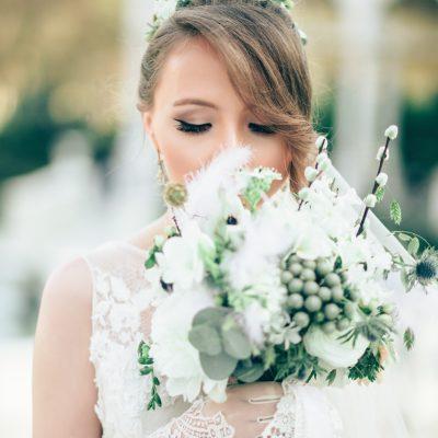 Fryzury ślubne 2019 – upięcia i style, dzięki którym oczarujesz gości weselnych!