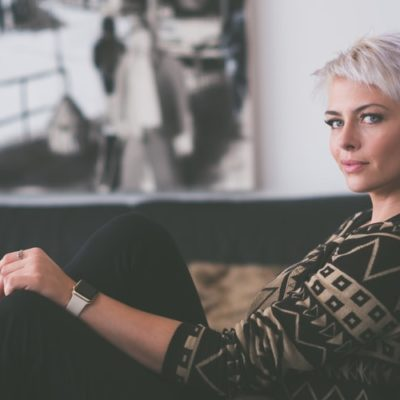 Siwe włosy – jak farbować i pielęgnować? Poradnik fryzjera