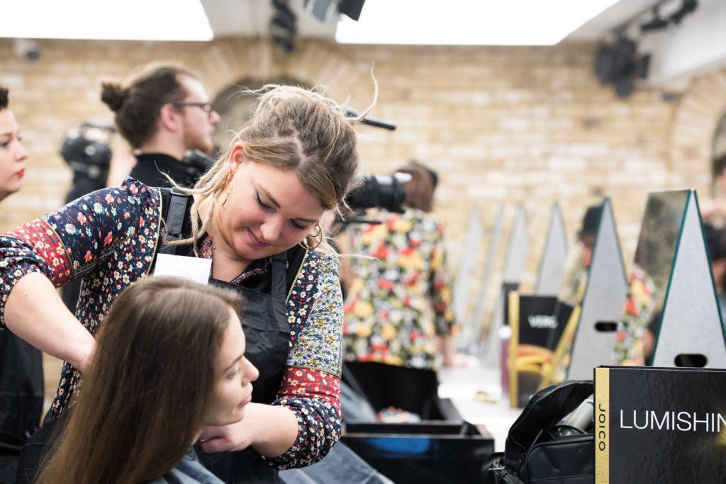 salon fryzjerski, fryzjer, klient, wizyta w salonie fryzjerskim