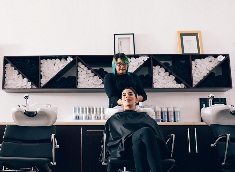 rozmowa z klientem w salonie fryzjerskim, fryzjerka, salon fryzjerski, mycie włosów