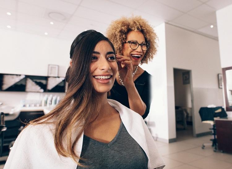 rozmowa z klientem w salonie fryzjerskim