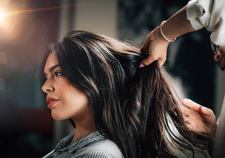 rozmowa z klientem w salonie fryzjerskim, fryzjerka, salon fryzjerski