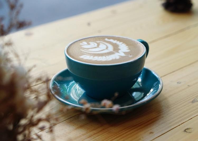 kawa, drewniany stolik