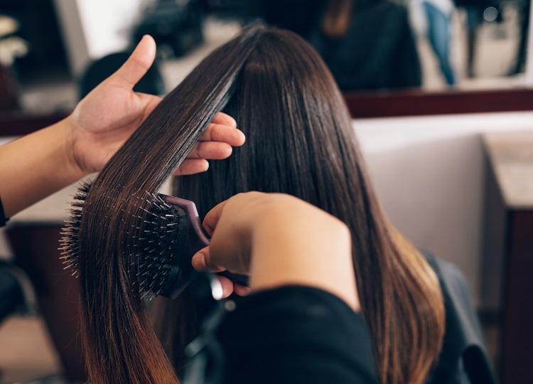fryzjerka, salon fryzjerski, czesanie włosów