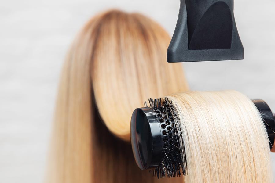 układanie włosów na szczotce, układanie fryzury