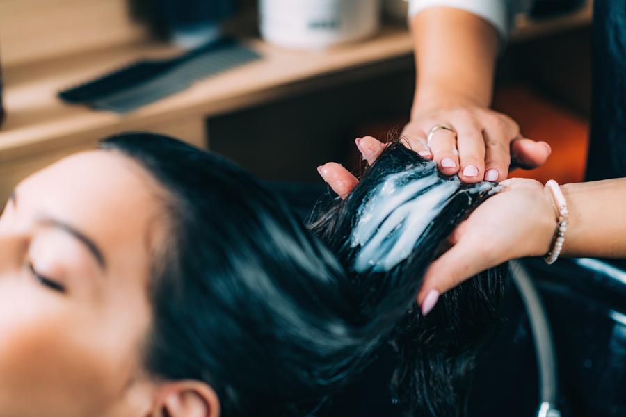 szampon na puszące się włosy, fryzjer, zabieg fryzjerski