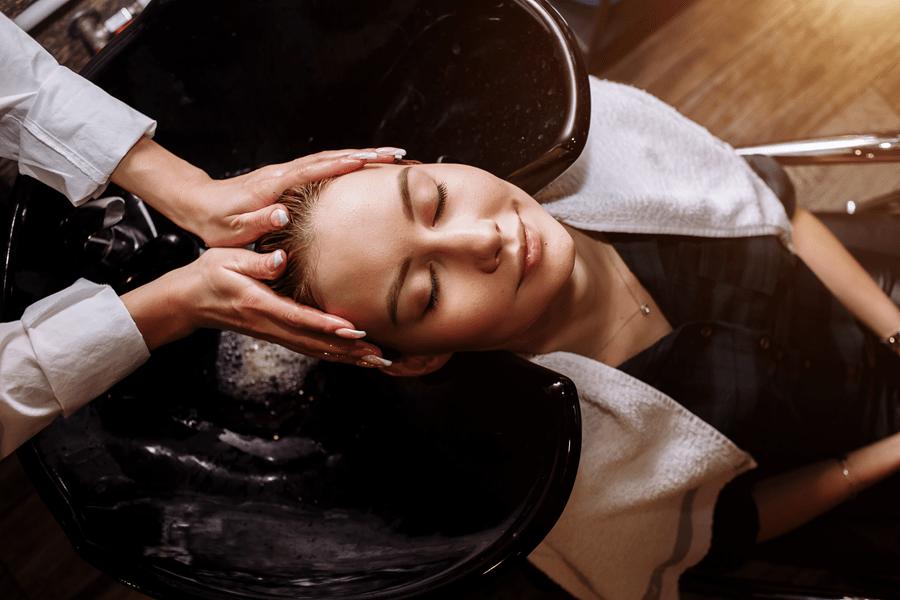 mycie włosów w salonie fryzjerskim