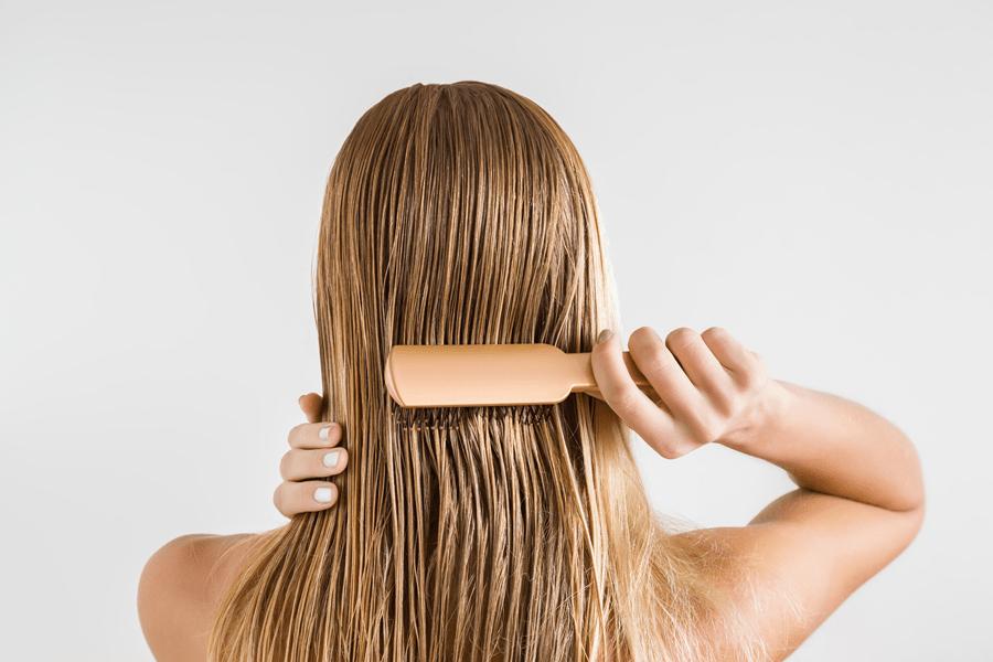 rozczesywanie włosów na mokro